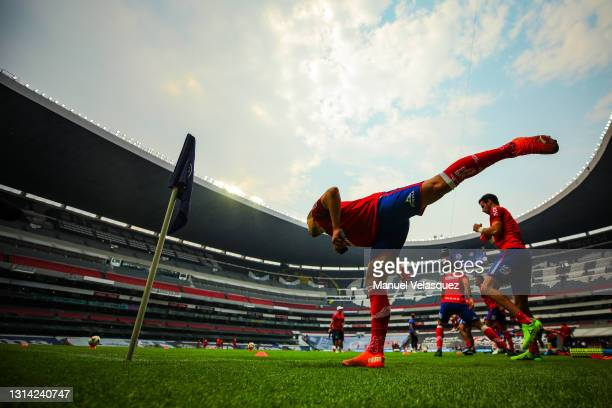 Players of San Luis warm prior to the 16th round match between Cruz Azul and Atletico de San Luis as part of the Torneo Guard1anes 2021 Liga MX at...