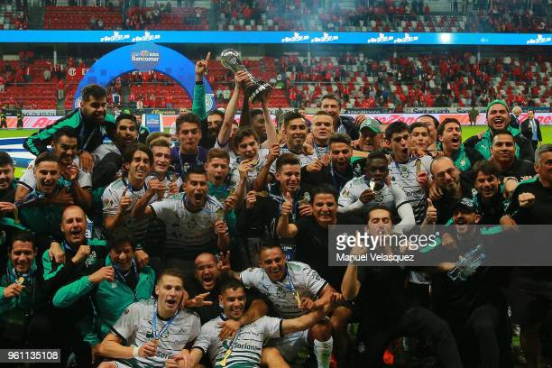 Players of Santos celebrate with the trophy after the Final second leg match between Toluca and Santos Laguna as part of the Torneo Clausura 2018 at...