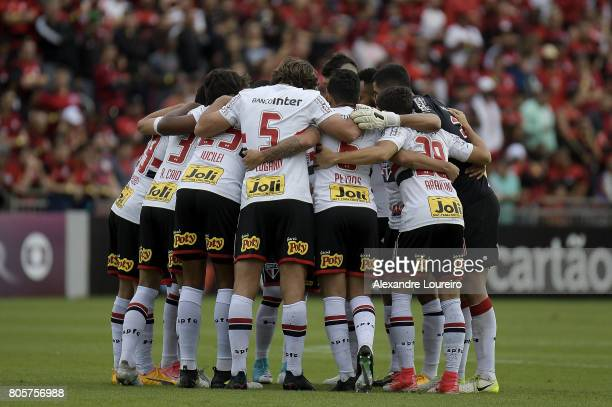 Players of Sao Paulo before the match between Flamengo and Sao Paulo as part of Brasileirao Series A 2017 at Ilha do Urubu Stadium on July 02 2017 in...