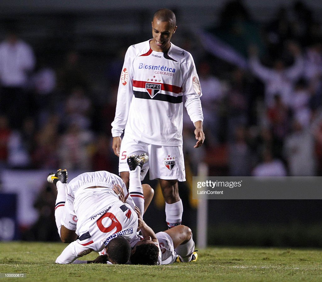 Players of Sao Paulo celebrate first scored goal against Cruzeiro during a match as part of the Libertadores Cup 2010 on May 19, 2010 in Sao Paulo, Brazil.