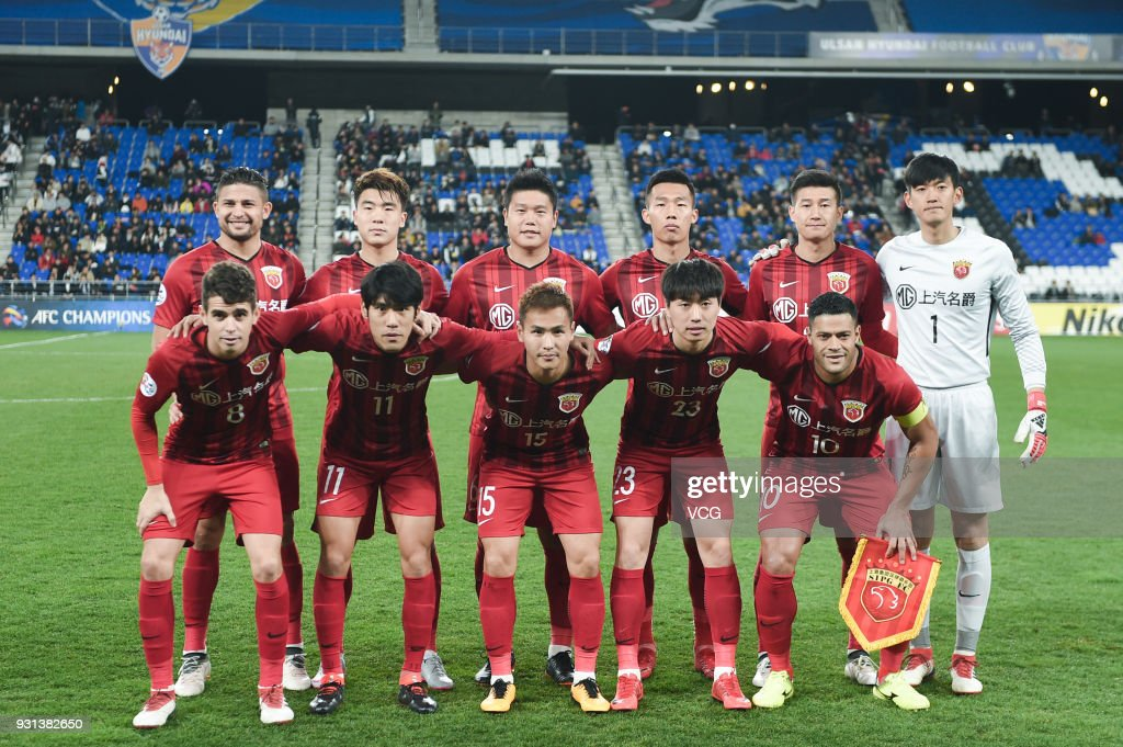 Players of Shanghai SIPG line up prior to the 2018 AFC Champions League Group F match between Ulsan Hyundai FC and Shanghai SIPG at the Ulsan Munsu Football Stadium on March 13, 2018 in Ulsan, South Korea.