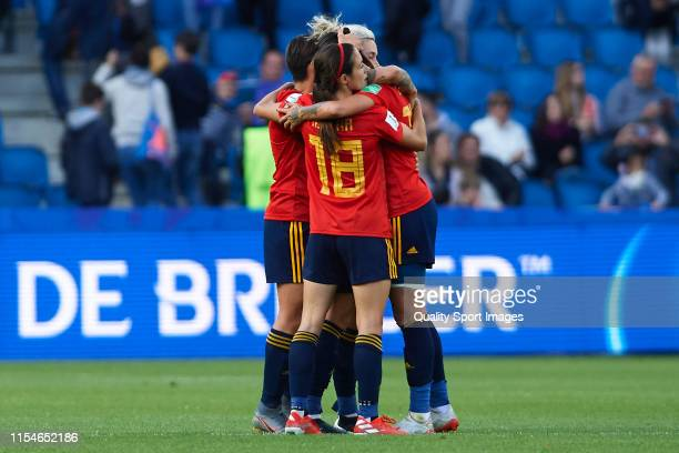 Players of Spain celebrate after winning the 2019 FIFA Women's World Cup France group B match between Spain and South Africa at Stade Oceane on June...