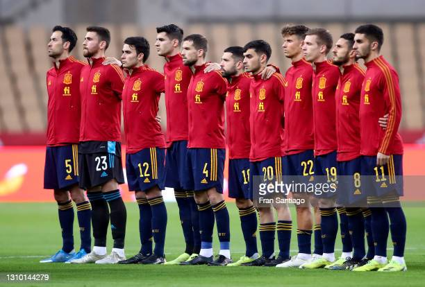 Players of Spain line up prior to the FIFA World Cup 2022 Qatar qualifying match between Spain and Kosovo at Estadio Olimpico on March 31, 2021 in...