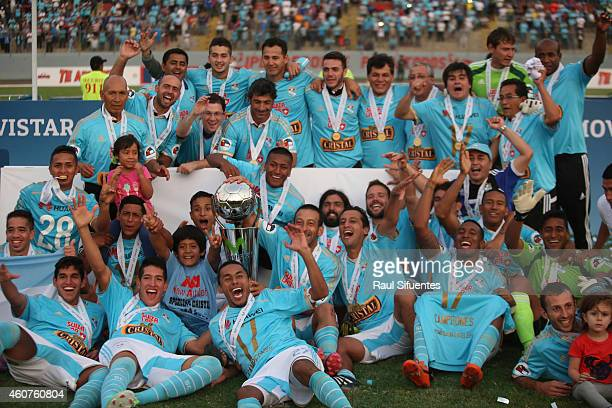 Players of Sporting Cristal pose for a team picture after winning a final match between Sporting Cristal and Juan Aurich as part of Torneo...