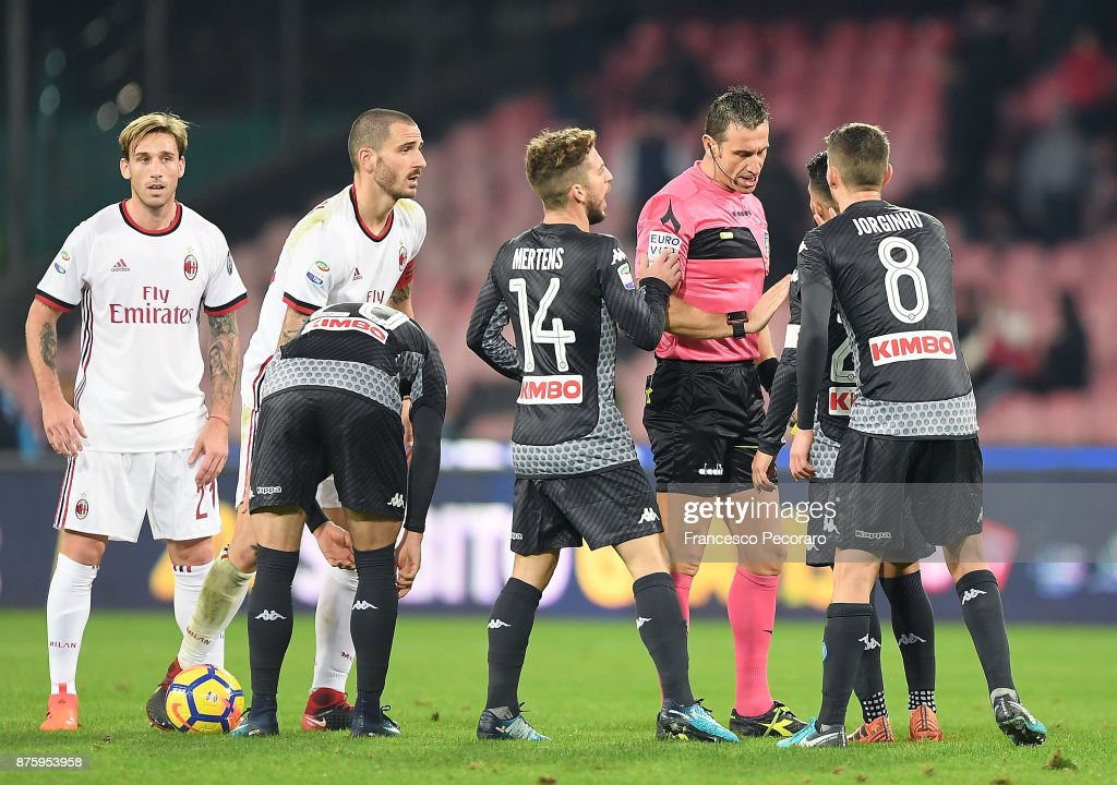 Players of SSC Napoli protest against the referee Daniele Doveri during the Serie A match between SSC Napoli and AC Milan at Stadio San Paolo on November 18, 2017 in Naples, Italy.