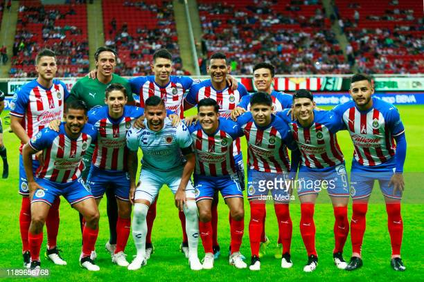 Players of team Chivas pose with Sebastian Jurado Goalkeeper of Veracruz during the ceremony previous the 19th round match between Chivas and...
