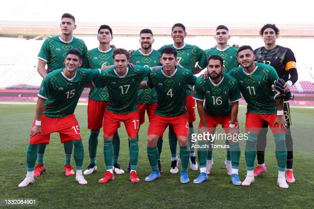 Players of Team Mexico pose for a team photograph prior to the Men's Football Semi-final match between Mexico and Brazil on day eleven of the Tokyo...