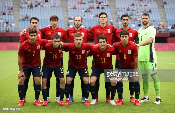 Players of Team Spain pose for a team photograph prior to the Men's Quarter Final match between Spain and Cote d'Ivoire on day eight of the Tokyo...