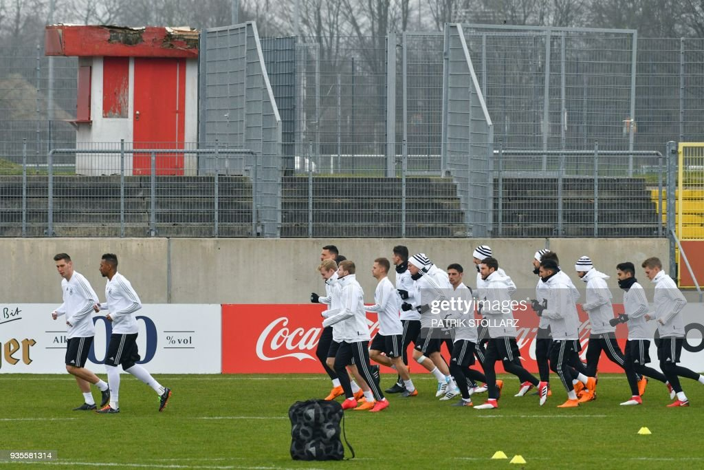 Players of the German national football team warm up during a training session ahead of their international friendly match against Spain at Paul-Janes-Stadion on March 21, 2018 in Duesseldorf, western Germany. The international friendly match in preparataion of the Football World Cup is taking place on March 23, 2018 in Duesseldorf. / AFP PHOTO / Patrik STOLLARZ