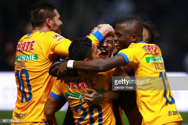 Players of Tigres celebrate with Ricardo Ferretti Head Coach of Tigres after winning the second leg of the Torneo Apertura 2017 Liga MX final between...