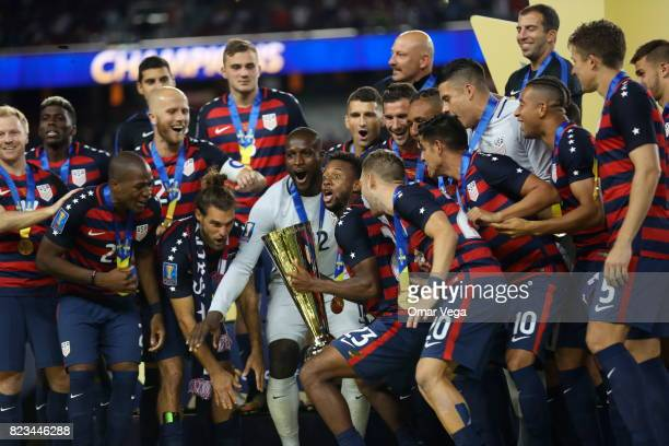 Players of United States celebrate with the trophy after winning the CONCACAF Gold Cup 2017 final match between United States and Jamaica at Levi's...