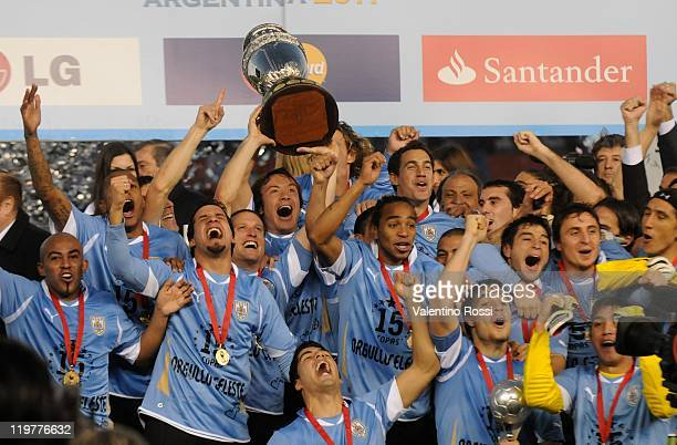 Players of Uruguay celebrate their victory 3 0 against Paraguay in the final of the Copa America 2011 at Antonio Vespucio Liberti Stadium on July 24...