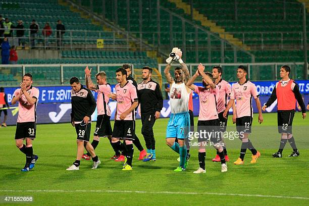 Players of US Citta di Palermo greet each other after the Serie A match between US Citta di Palermo and Torino FC at Stadio Renzo Barbera on April 29...