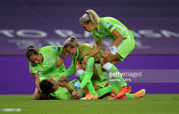 Players of VfL Wolfsburg celebrate following their sides victory in the UEFA Women's Champions League Semi Final between VfL Wolfsburg and FC...