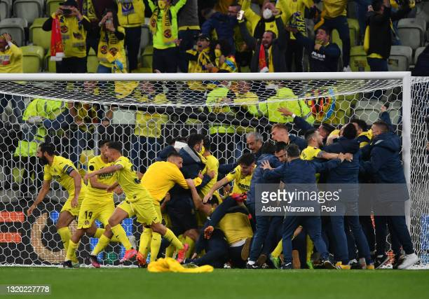 Players of Villarreal CF celebrate as Gero Rulli of Villarreal CF celebrates from David de Gea of Manchester United to win during the UEFA Europa...