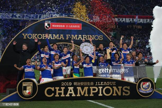 Players of Yokohama F.Marinos celebrate with the trophy after the J.League J1 match between Yokohama F.Marinos and FC Tokyo at Nissan Stadium on...