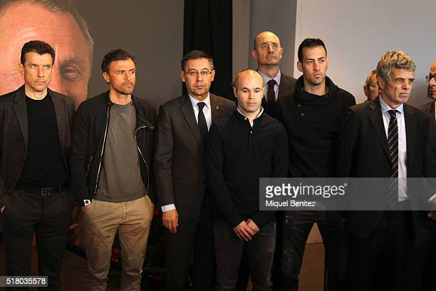 Players staff members and representatives of the board of directors of FC Barcelona Juan Carlos Unzue Luis Enrique Martinez Josep Mara Bartomeu...
