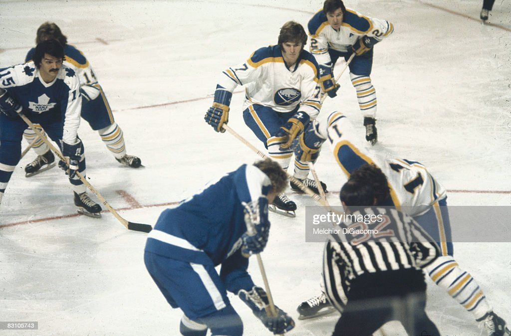 Maple Leafs & Sabres Face-off : News Photo