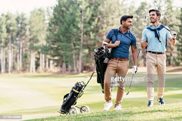 ゴルフ場の上を歩く選手 - チノパンツ ストックフォトと画像