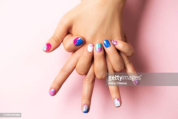 playful abstract summer manicure - マニキュア液 ストックフォトと画像