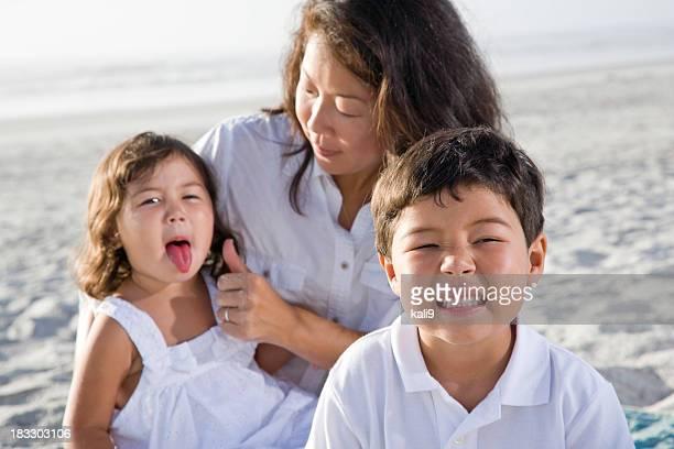 遊び心のあるアジアのお子様やモメンタルビーチで顔をさし