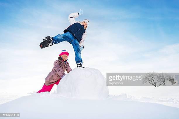 Joyeux enfants en hiver.