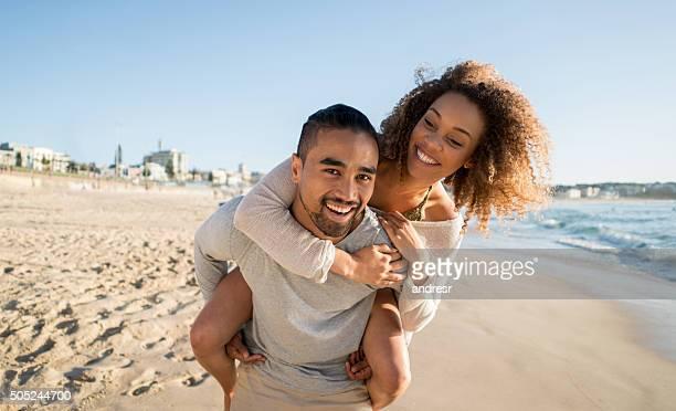 遊び心のあるビーチのカップル