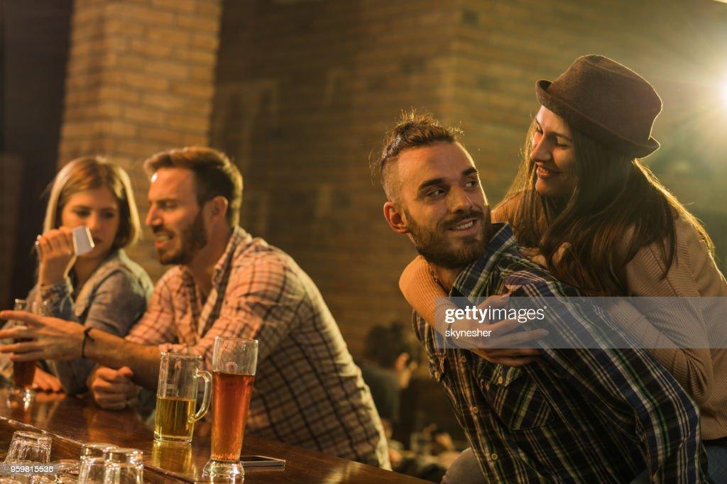 Verspielte Paare, die Spaß in der Nacht heraus in einer Kneipe. : Stock-Foto