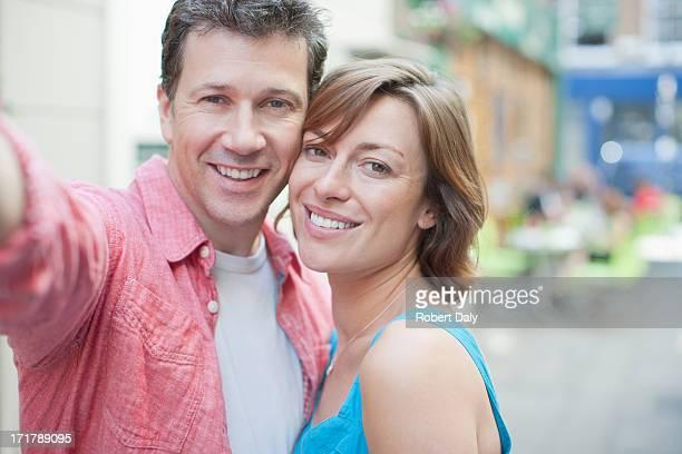 Joyeux couple souriant plein air