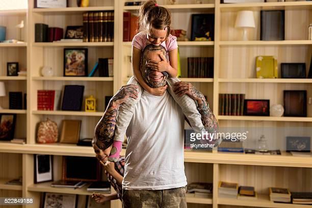Verspielte Vater und Tochter Spaß haben wie zu Hause fühlen.
