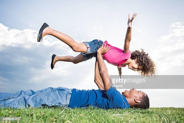 遊び心たっぷりの父と娘屋外ます。