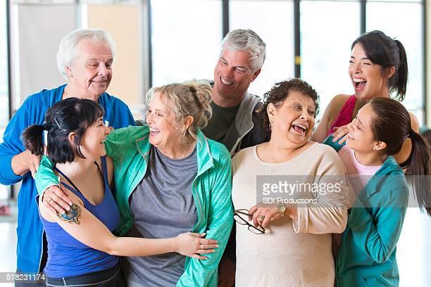 Divertida con amigos después de clase de ejercicio
