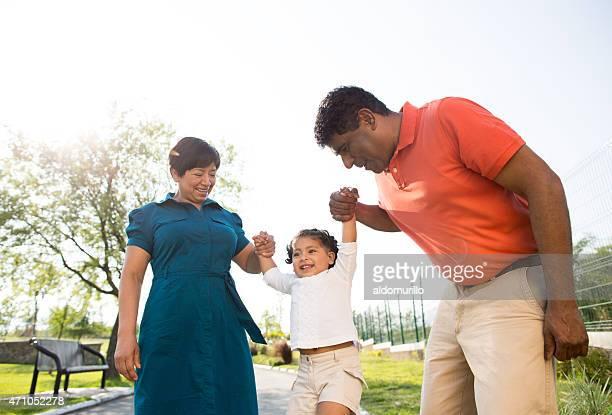 遊び心たっぷりの祖父母と孫娘