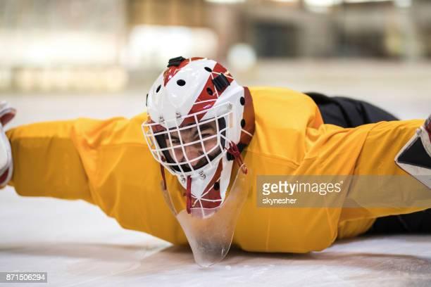 Joueuse de hockey sur glace gardien de s'amuser tout en se trouvant sur la glace dans une patinoire.
