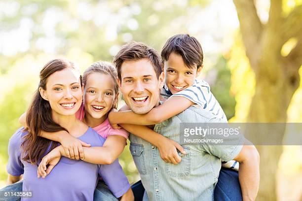 Brincalhão criança desfrutar Cavalitas Ride com os pais