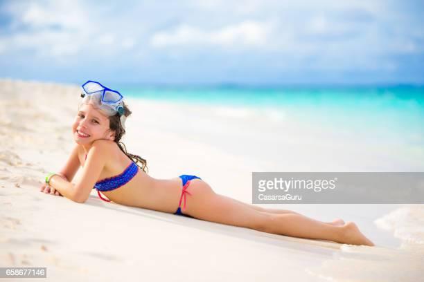 playful little girl enjoying on maldivies bech - solo bambine femmine costume da bagno foto e immagini stock