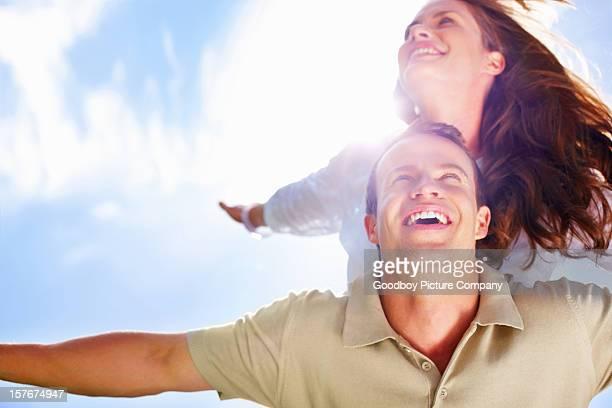 Joli couple contre le ciel volant
