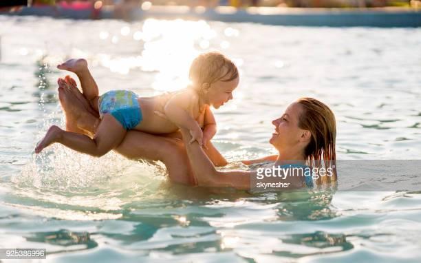 lúdico-mãe e filho se divertindo na piscina. - piscina - fotografias e filmes do acervo