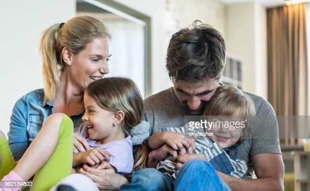 parents ludiques s'amuser tout en titillant leurs enfants à la maison. - activités de week end photos et images de collection