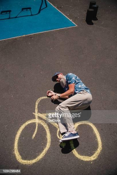joueuse senior sur un vélo de craie dans un parc - velo humour photos et images de collection