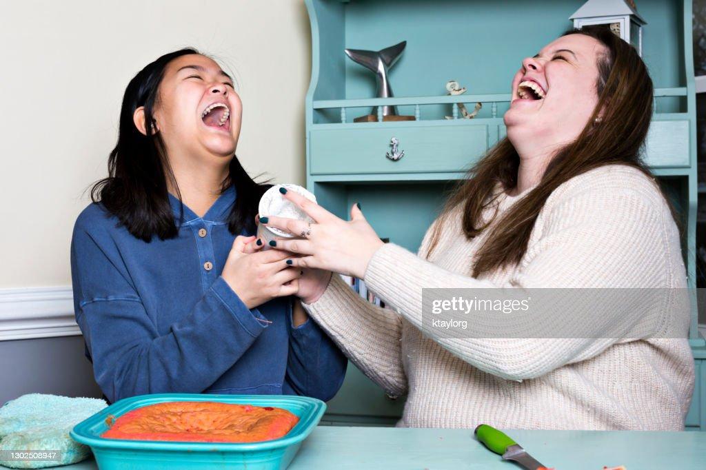 遊び心のある十代の若者たちは、Covidロックダウン中にベーキング一日を過ごしながら笑い出す : ストックフォト