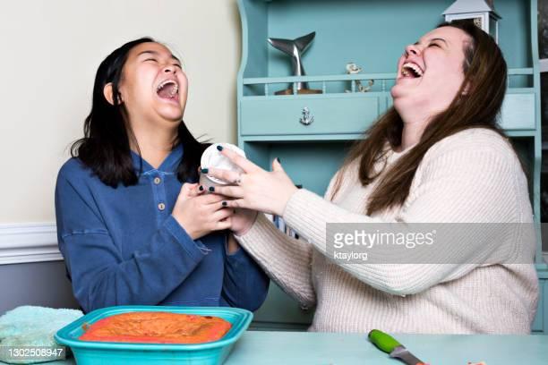 遊び心のある十代の若者たちは、covidロックダウン中にベーキング一日を過ごしながら笑い出す - ヒステリー ストックフォトと画像