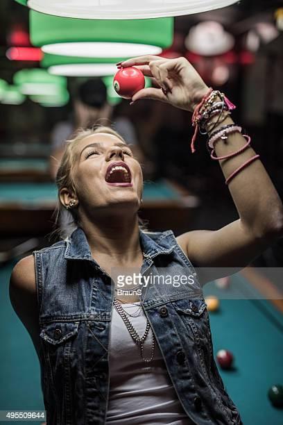 遊び心たっぷりの女性を楽しいパブ」で、ビリヤードボールます。