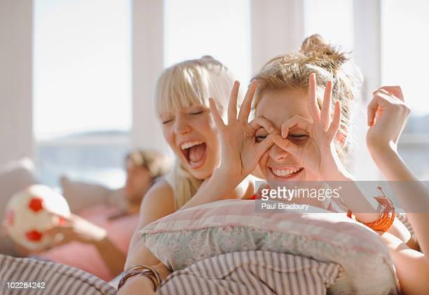 Verspielte Frauen machen Gesichter