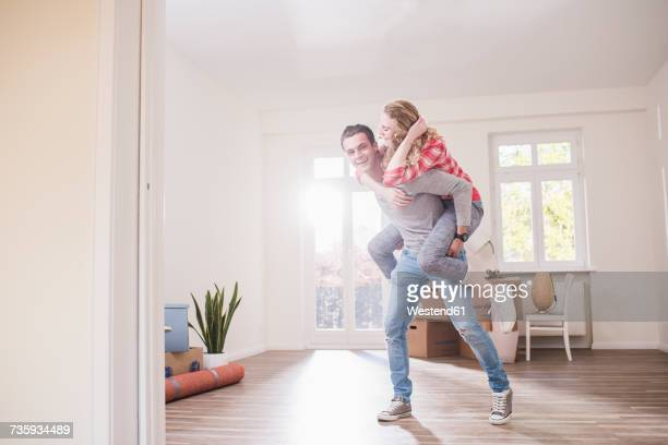 playful young couple in new home - demenagement humour photos et images de collection
