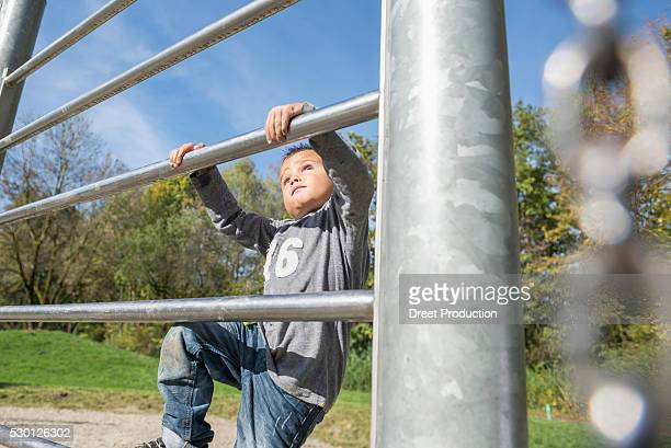 playground climbing frame small boy - dreiviertelansicht stock pictures, royalty-free photos & images