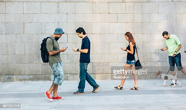 playing a game on the phone - andando - fotografias e filmes do acervo