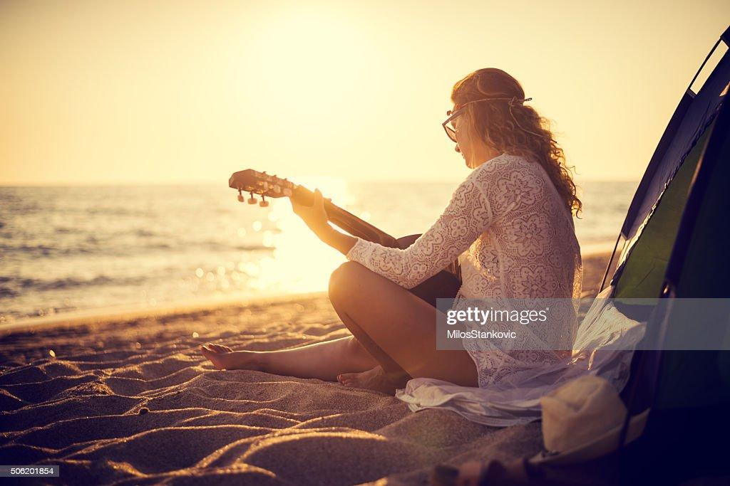 Playin une guitare sur la plage : Photo