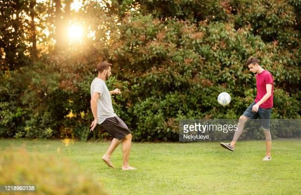 giocare una partita veloce di calcio - turno sportivo foto e immagini stock