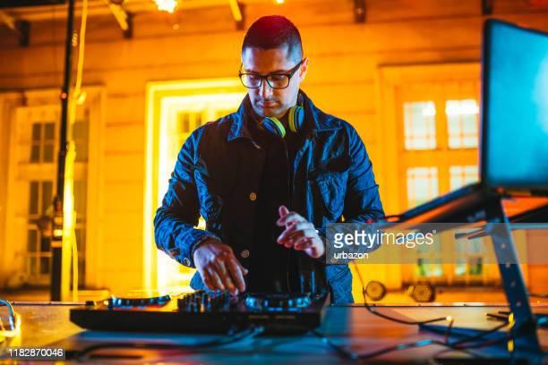 パーティーで音楽を再生し、ミキシングするdj - クラブdj ストックフォトと画像